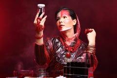 Il dottore asiatico Woman di chimica con Tone Fashion Make rossa sull'immaginazione Fotografia Stock