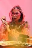 Il dottore asiatico Woman di chimica con Tone Fashion Make rossa sull'immaginazione Fotografia Stock Libera da Diritti