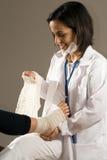 Il dottore Bandages una persona Piede-Verticale Fotografia Stock