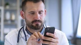Il dottore Browsing su Smartphone immagine stock