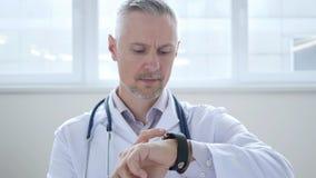 Il dottore Browsing su Smartwatch fotografia stock