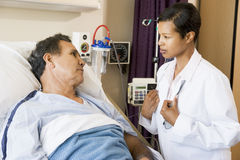 Il dottore e paziente che comunicano l'un l'altro Immagini Stock