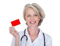 Il dottore femminile maturo Holding Visiting Card Fotografia Stock Libera da Diritti