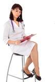 Il dottore femminile sicuro Sitting sulla presidenza Immagini Stock Libere da Diritti