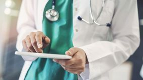 Il dottore femminile Using Digital Tablet immagini stock libere da diritti