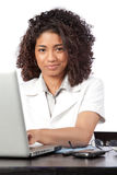 Il dottore femminile Using Laptop Immagine Stock