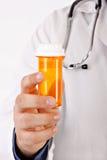 Il dottore Hand Holding Medicine Bottle Fotografie Stock Libere da Diritti