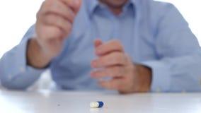 Il dottore Hands Presenting una capsula della vitamina una pillola medica per prevenzione delle malattie stock footage