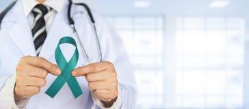 Il dottore Holds Green Ribbon immagini stock