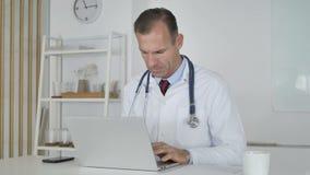 Il dottore malato Coughing sul lavoro video d archivio