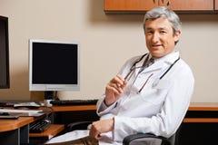 Il dottore maschio In Clinic fotografia stock