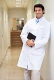 Il dottore maschio felice Holding Book Fotografia Stock