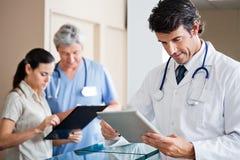 Il dottore maschio Holding Digital Tablet fotografia stock