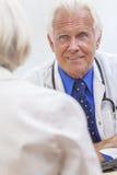 Il dottore maschio senior With Female Patient fotografie stock libere da diritti