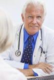 Il dottore maschio senior With Female Patient Fotografie Stock