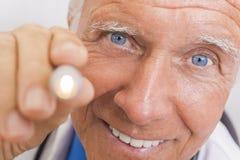 Il dottore maschio senior With Pen Light fotografie stock libere da diritti
