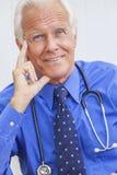 Il dottore maschio senior sorridente With Stethoscope fotografie stock
