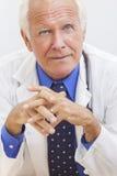Il dottore maschio senior With Stethoscope immagine stock