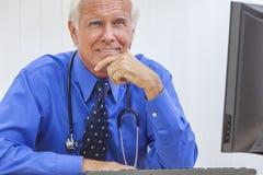 Il dottore maschio senior With Stethoscope fotografia stock