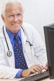 Il dottore maschio senior With Stethoscope fotografie stock libere da diritti