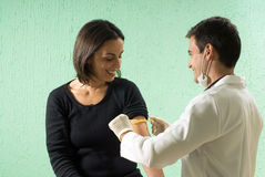 Il dottore maschio Tending al paziente femminile - orizzontale Fotografia Stock