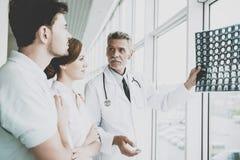 Il dottore maschio teso Indicates sull'immagine di rontgen immagini stock libere da diritti