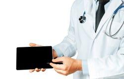 Il dottore maschio Using Digital Tablet in consultazione con il paziente ha isolato il fondo immagine stock