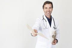 Il dottore maturo Giving A Folder fotografia stock libera da diritti