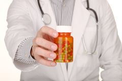 Il dottore With Medication in bottiglie di prescrizione Immagine Stock Libera da Diritti
