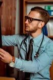 Il dottore Observing X-Ray immagine stock libera da diritti