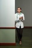 Il dottore occupato Woman Texting On il suo telefono cellulare Fotografia Stock Libera da Diritti
