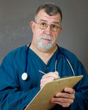 Il dottore preoccupantesi Listens e si consulta Fotografie Stock Libere da Diritti