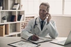 Il dottore scrittura e telefono di conversazione in Governo fotografie stock libere da diritti