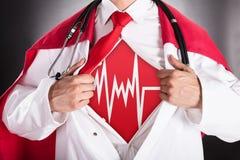 Il dottore Showing Heartbeat Sign del supereroe fotografie stock libere da diritti