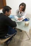 Il dottore Showing Information al paziente - verticale Immagini Stock