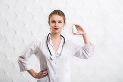 Il dottore Shows Bottle con le droghe Immagine Stock Libera da Diritti