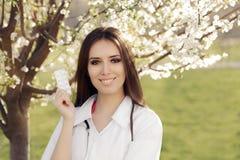 Il dottore Smiling della donna della primavera e pillole della tenuta Fotografie Stock