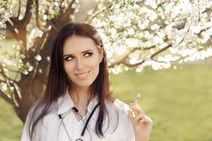 Il dottore Smiling della donna della primavera e siringa del vaccino della tenuta Fotografia Stock