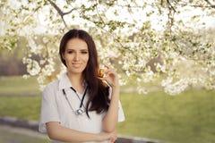Il dottore Smiling e tenere della donna della primavera spruzzo respiratorio Fotografie Stock