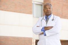 Il dottore Standing Outside A Hospital immagini stock