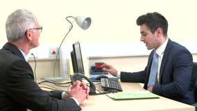 Il dottore In Surgery Talking con il paziente maschio senior archivi video