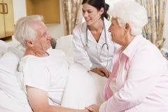 Il dottore Talking To Senior Couple Fotografia Stock Libera da Diritti