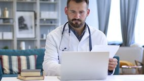 Il dottore Working sulla perizia medica del paziente video d archivio