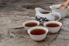 Il drago asiatico dell'insieme di tè ha progettato su fondo di legno Fotografia Stock