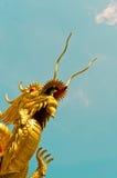 Il drago cinese sta spingendo il cielo Fotografia Stock Libera da Diritti