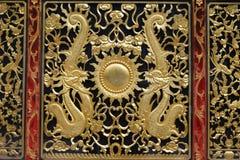 Il drago dell'oro progetta sul piedistallo di un altare Fotografie Stock