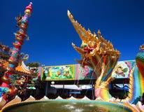 Il drago o la statua tailandese del Naga con cinque teste spruzza l'acqua Immagini Stock