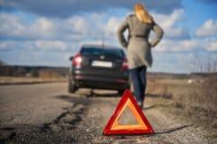 Il driver automobilistico rotto della donna ha tirato più una strada campestre Immagine Stock Libera da Diritti