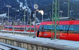 Il driver del treno attende la partenza alla st del treno di Garmisch-Partenkirchen Fotografia Stock