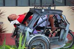 Il driver dorme accanto a sua figlia fotografie stock libere da diritti